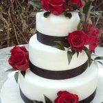 picture of wedding cake with red roses